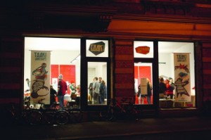 TAAK-Ladenfassade-bei-Nacht-476x317