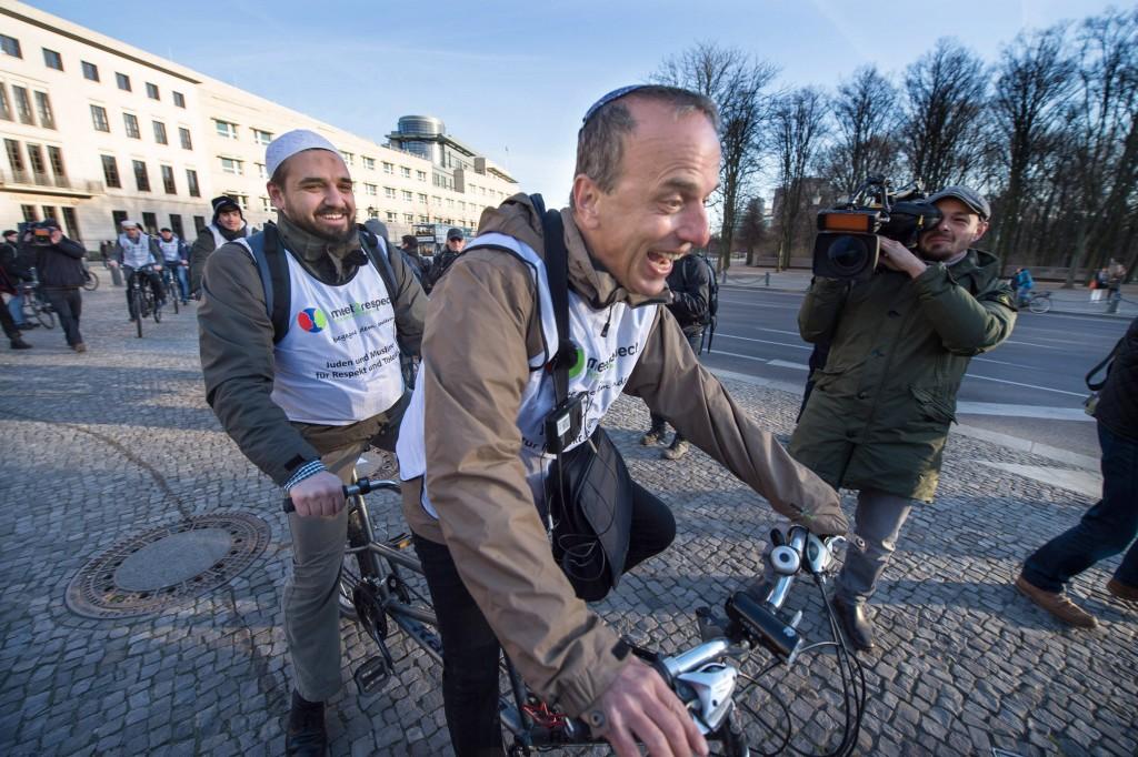Zum Abschluss der BERLN BICYCLE WEEK radelten am Sonntagabend 22 03 2015 Rabbiner und Imame auf Ta