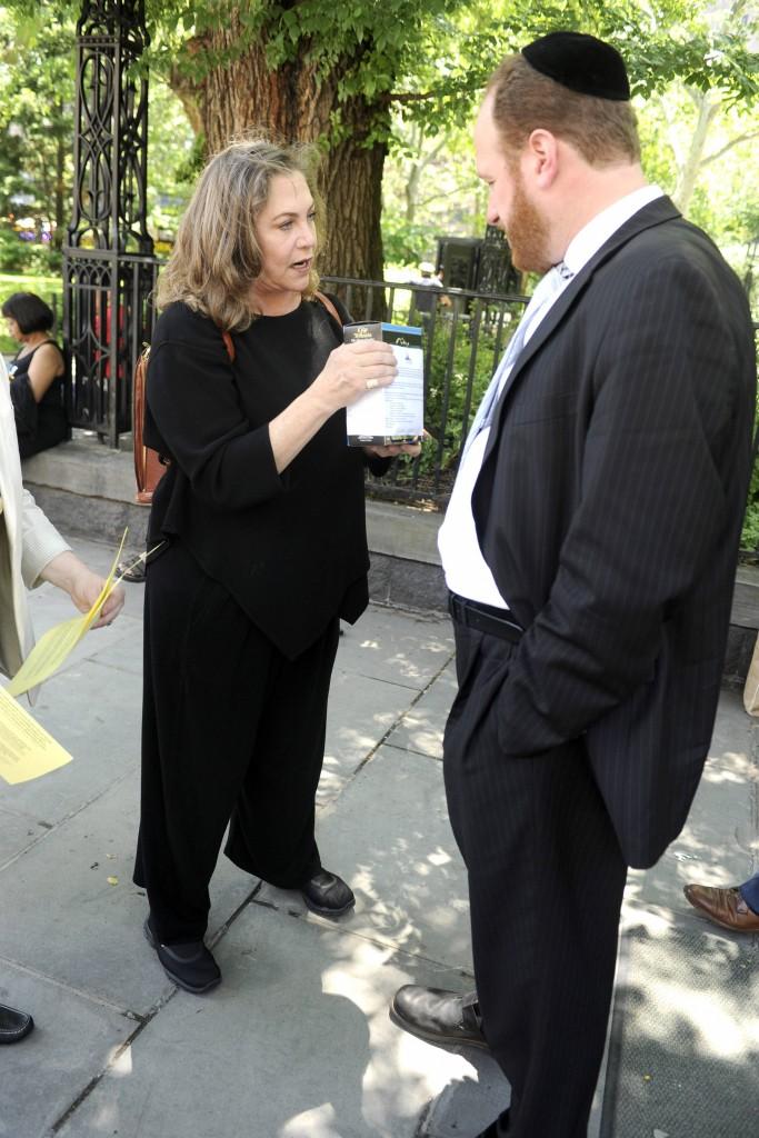 Kathleen Turner bittet Mitglieder des Stadtrates vor dem Rathaus das Budget der Stadt für Essen auf
